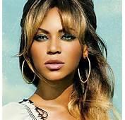 Beyonce Reard Fixe Fond Bleu Ciel Anneaux Gros Plan